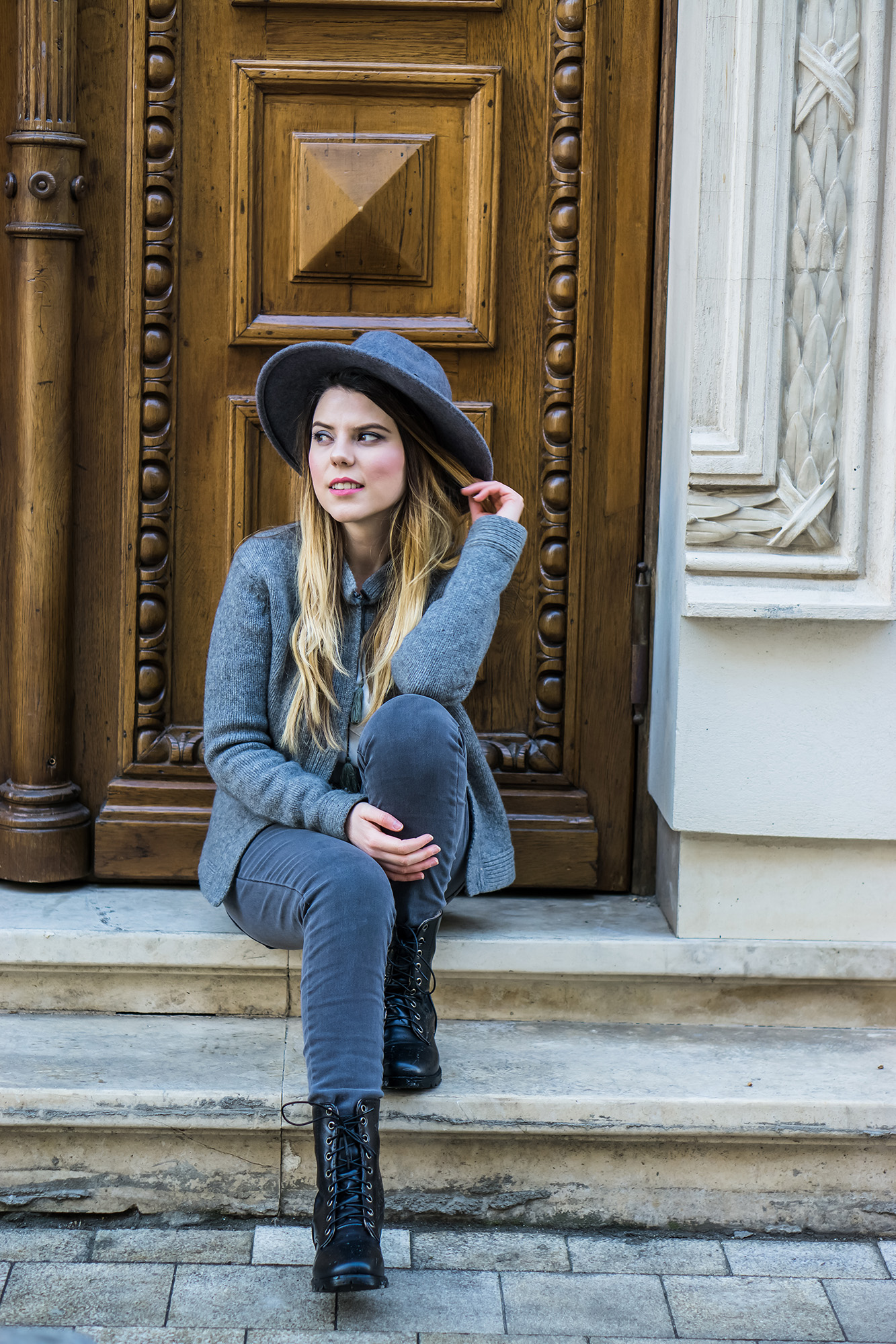 romanian fashion blogger grey outfit